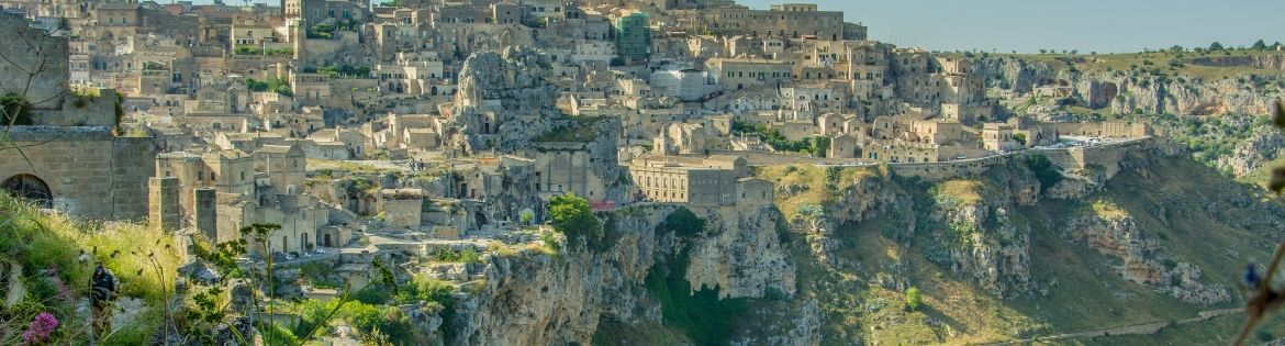 MATERA: UN DISARMANTE INTRECCIO DI BELLEZZA PIENO DI CONTRASTI - MATERA: A CAPTIVATING TAPESTRY OF BEAUTY AND CONTRADICTION.